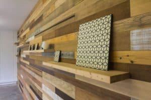 Pan de mur réalisé à partir de bois de récup