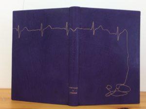 Couverture de livre illustrée avec un pochoir découpé à la laser